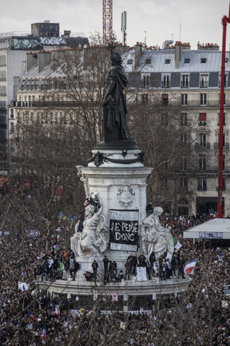 """צרפתים בעצרת ההמונים שנערכה בפריז לאחר הטבח במערכת """"שרלי הבדו"""", 11.1.15 (צילום: לורנס גיי)"""