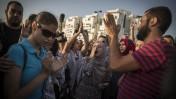 הפגנה למען שחרורו של האסיר שובת הרעב מוחמד עלא מול בית החולים ברזילי באשקלון, 16.8.15 (צילום: הדס פרוש)