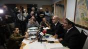 באי כוחם של חשודים במעורבות בפיגוע הטרור בדומא, עורכי-הדין איתמר בן-גביר וחי הבר, במסיבת עיתונאים, 3.12.15 (צילום: בן קלמר)