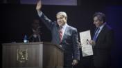 ראש הממשלה בנימין נתניהו מעניק לשר הקליטה זאב אלקין את תעודת העולה שלו, באירוע לציון 25 שנה לעלייה מברית-המועצות (צילום: הדס פרוש)