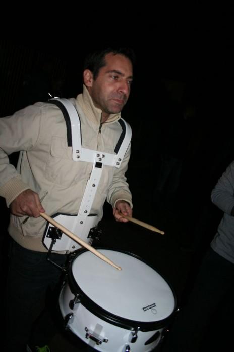 """שי ניב בהפגנת עיתונאי """"גלובס"""" מול ביתו של אליעזר פישמן בסביון, 22.12.15 (צילום: אורן פרסיקו)"""
