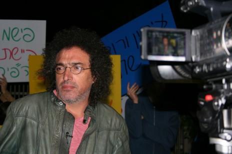 """דרור פויר בהפגנת עיתונאי """"גלובס"""" מול ביתו של אליעזר פישמן בסביון, 22.12.15 (צילום: אורן פרסיקו)"""