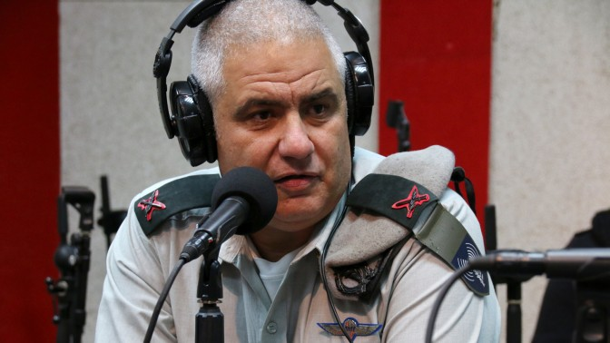 """דובר צה""""ל, תת-אלוף מוטי אלמוז, באולפן קול-הקמפוס. 18.12.15 (צילום: נמרוד הלברטל)"""