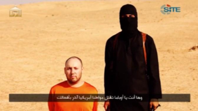 """העיתונאי סטיבן סוטלוף בסרטון המתעד את הוצאתו להורג על-ידי איש דאע""""ש, 2014 (צילום מסך)"""