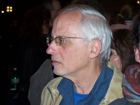 """יגאל סרנה, מחוץ לאולם טקס פרסי סוקולוב, 25.12.11 (צילום: """"העין השביעית"""")"""