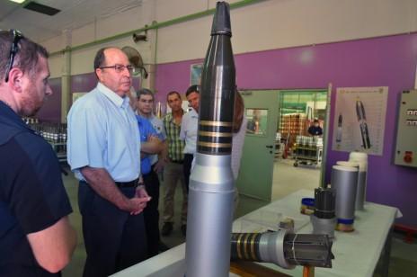 שר הביטחון משה (בוגי) יעלון, מבקר במפעל התעשייה האווירית (צילום: אריאל חרמוני, משרד הביטחון)