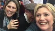 """הילארי קלינטון, המתמודדת על המועמדות לנשיאות ארה""""ב מטעם המפלגה הדמוקרטית, עם העיתונאית העצמאית טל שניידר (צילום: טל שניידר)"""