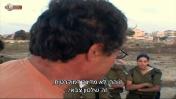 """צור שיזף מדבר עם חניכי גלי צה""""ל על שלטון צבאי, מתוך הסדרה """"הגל""""צניקים"""" (צילום מסך)"""