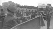 """חיילים בריטים עורכים חיפוש על נוסעי אוטובוס אגד לירושלים, 1.1.1947 (צילום: הנס פין, לע""""מ)"""