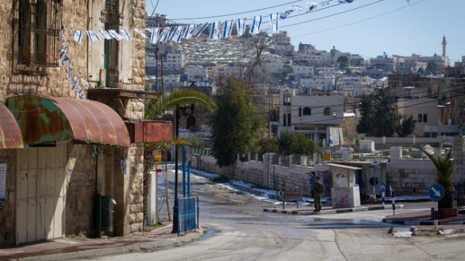 רחוב השוהדא בחברון (צילום: מרים אלסטר)