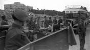 """חיילים בריטיים עורכים חיפוש בחפציהם של נוסעי אוטובוס לירושלים, 1.1.1947 (צילום: לע""""מ)"""