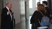 כמה מעורכי הדין של בנק הפועלים במסדרונות בית המשפט, בעת דיון בבקשת התביעה הנגזרת של יונתן הרפז נגד הבנק, 28.6.16 (צילום: אורן פרסיקו)