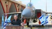 ראש הממשלה בנימין נתניהו נושא נאום על רקע מטוס קרב, 17.8.16 (צילום: פלאש 90)