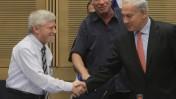 ראש הממשלה, בנימין נתניהו, לוחץ את ידו של מבקר המדינה יוסף שפירא (צילום: מרים אלסטר)