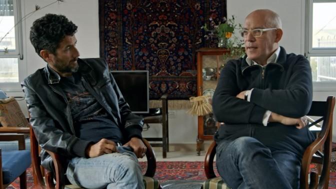 """עיתונאי """"הארץ"""" בני ציפר ואורי משגב בצילום מסך מתוך הסדרה """"אכלו לי שתו לי - הדור הבא"""""""