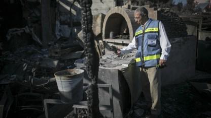 פקיד מס רכוש בוחן נזקי דליקה ביישוב נטף ליד ירושלים, 28.11.16 (צילום: יונתן זינדל)
