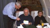 """ראש הממשלה בנימין נתניהו בשיחת עבודה עם יועצו דוד בר-אילן, בטיסה לביקור בוושינגטון. משמאל: שרה נתניהו, 19.1.1998 (צילום: יעקב סער, לע""""מ)"""