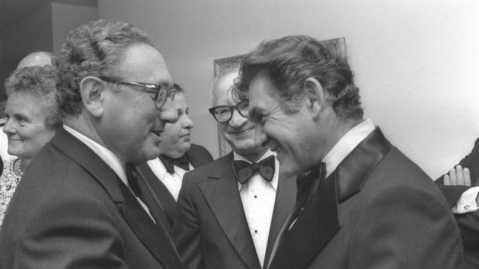"""מרדכי שלו (באמצע) עם הנרי קיסינג'ר ודוד אלעזר, לפני ארוחת הערב בבית שגריר ישראל בוושינגטון, 11.9.1974 (צילום: משה מילנר, לע""""מ)"""