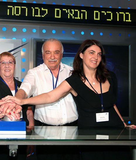 ענת מניפז (מימין) עם אביה, אליעזר פישמן, בבורסה לניירות ערך, יולי 2012 (צילום: הבורסה לניירות ערך)