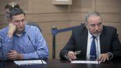 """שר הביטחון אביגדור ליברמן עם מנכ""""ל משרדו, אודי אדם, בכנסת. 6.12.16 (צילום: יונתן זינדל)"""