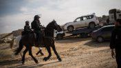 פרשי משטרה באום אל חיראן. ברקע: גרר מעמיס את מכוניתו של יעקוב אבו אלקיעאן, 18.1.17 (צילום: הדס פרוש)