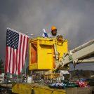 תליית דגל ארצות-הברית בצומת גוש-עציון, 19.1.17 (צילום: גרשון אלינסון)