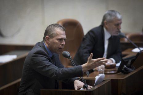 השר לבטחון פנים, גלעד ארדן, נושא דברים על האירוע באום אל-חיראן במליאת הכנסת, 25.1.17 (צילום: יונתן זינדל)