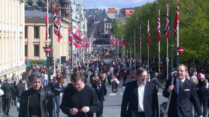 אזרחים נורבגים בבירה אוסלו, במהלך אירועי יום העצמאות (צילום: Daniel78, רישיון CC-by-2.5)