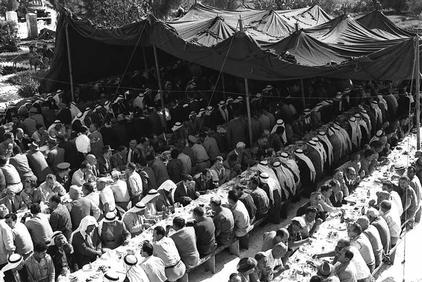 """סולחה המונית שנערכה בכפר קאסם, נובמבר 1957 (צילום: לע""""מ)"""