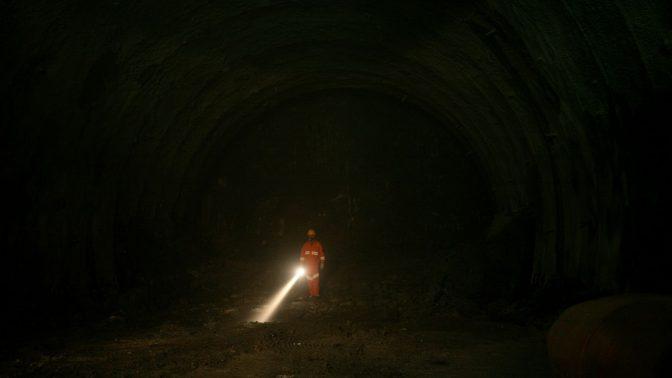 פועל עם פנס במנהרות הכרמל, 2009 (צילום: משה שי)