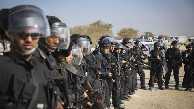 שוטרים חמושים באום אל-חיראן, שעות אחדות לאחר התקרית הקטלנית. 18.1.17 (צילום: הדס פרוש)