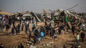 תושבים באום אל-חיראן בוחנים את בתיהם שנהרסו באותו יום, 18.1.17 (צילום: הדס פרוש)