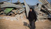 תושבת אום אל -חיראן על רקע ההריסות ביישוב לאחר פשיטת המשטרה (צילום: הדס פרוש)