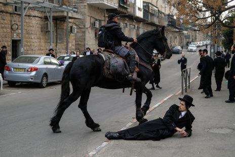 פרש משטרתי ומפגינים חרדים בירושלים, 9.2.17 (צילום: יניב נדב)