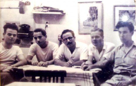 """חבורת """"לקראת"""" בקפה כסית, 1953 (מימין לשמאל): יצחק לבני, י' ליש, מקסים גילן, נתן זך ומשה דור (צילום: נחלת הכלל)"""