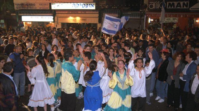 """שחזור החגיגות בתל-אביב בהישמע על החלטת האו""""ם להקמת מדינה יהודית, כ""""ט בנובמבר 1947. 91.11.97 (צילום: משה מילנר, לע""""מ)"""