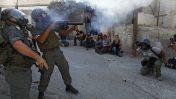 """צלמים מתעדים שוטרי מג""""ב במחסום קלנדיה, 9.10.09 (צילום: נתי שוחט)"""
