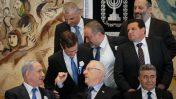 ראש הממשלה בנימין נתניהו ונשיא המדינה ראובן ריבלין בתצלום עם חלק מראשי הסיעות בכנסת עם פתיחת מושב הכנסת ה-20, 31.3.2015 (צילום: מרים אלסטר)