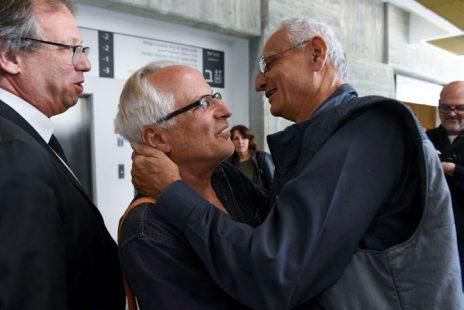 """נחום ברנע ויגאל סרנה, לפני פתיחת הדיון בתביעת בני הזוג נתניהו נגדו. משמאל: בא-כוחו של סרנה עו""""ד ליאור אפשטיין, 14.3.2017 (צילום: רובי קסטרו)"""
