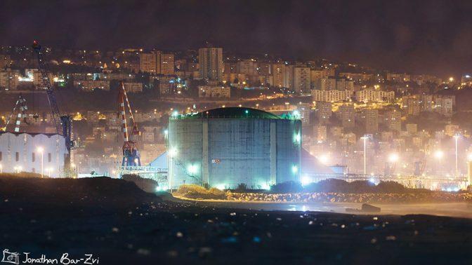 מיכל האמוניה במפרץ חיפה (צילום: יונתן בר צבי)