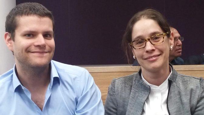 """אלונה בר-און ואחיה אמיר, היום בבית-המשפט המחוזי בתל-אביב (צילום: איתמר ב""""ז)"""