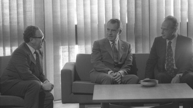 """נשיא ארצות-הברית ריצ'רד ניקסון עם ראש הממשלה יצחק רבין ומזכיר המדינה הנרי קיסינג'ר במהלך פגישה במלון המלך דוד בירושלים, 16.6.1974 (צילום: יעקב סער, לע""""מ)"""