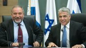 """יו""""ר יש עתיד יאיר לפיד (מימין) ויו""""ר ישראל ביתנו אביגדור ליברמן (צילום: מרים אלסטר)"""