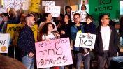 """שירה הדס נקר מדברת בהפגנת עובדי תאגיד השידור הציבורי. תל-אביב, 1.4.17 (צילום: איתמר ב""""ז)"""