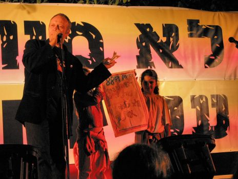 יואב קוטנר, מחאה נגד סגירת תחנת הרדיו 88FM, תל-אביב 2005 (צילום: גיא שחר)