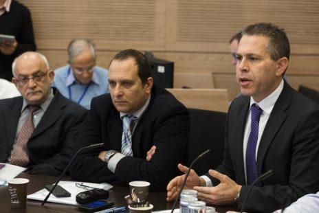 """מימין: שר התקשורת גלעד ארדן עם יו""""ר רשות השידור אמיר גילת והמנכ""""ל יוני בן-מנחם, 19.3.2014 (צילום: פלאש 90)"""