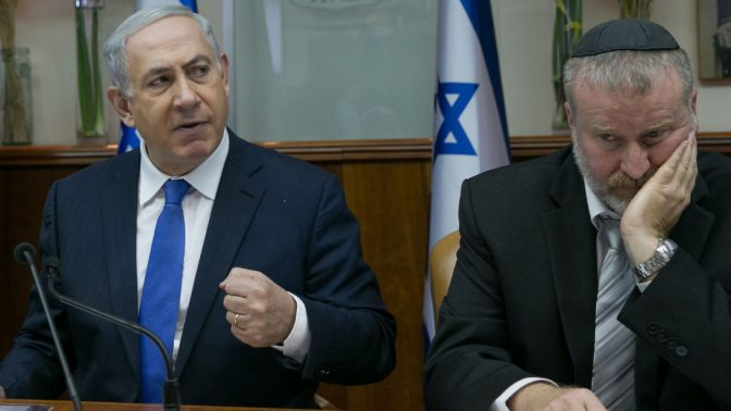 היועץ המשפטי לממשלה אביחי מנדלבליט עם ראש הממשלה בנימין נתניהו (צילום: אוהד צווינברג)