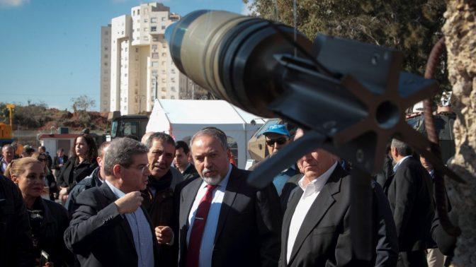 שר הביטחון, אביגדור ליברמן, במהלך סיור במפעל נשק ממשלתי. 4.1.17 (צילום: רועי אלומה)