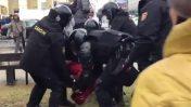 כוחות משטרה עוצרים מפגין במינסק, בלארוס. מרץ 2017 (צילום מסך)