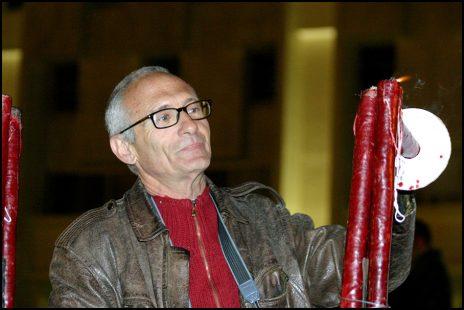 הצלם אלכס ליבק מדליק משואה אלטרנטיבית של יש גבול בשנת 2005. למחרת הוענק לו פרס ישראל לצילום. עיקר מלאכתו במרחב הציבורי, ברשות הרבים (צילום: יאיר גיל)